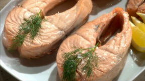 poaching-salmon-steaks-mscs111-640x360