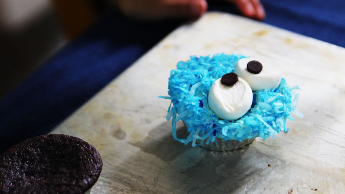 placing-eyes-on-cupcakes