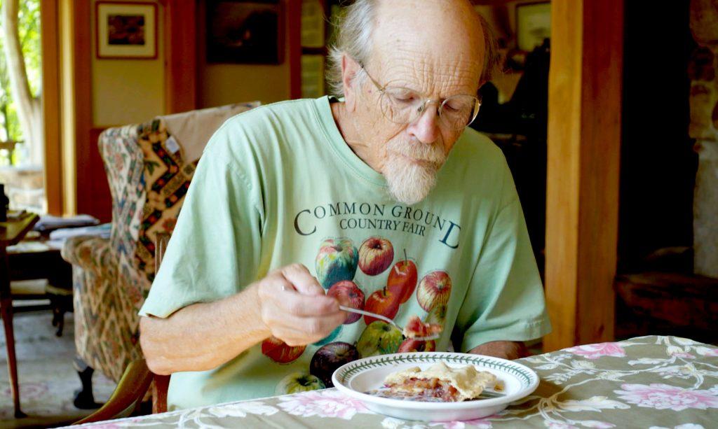 John Bunker mange une tarte aux pommes