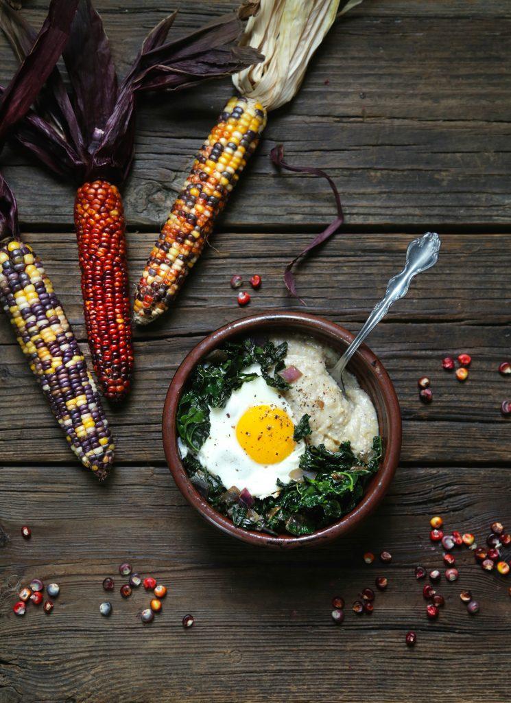 Polenta, verts sautés et œufs de Jesica Clark