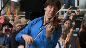 Joshua Bell performs Bach