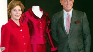 Designer Oscar de la Renta with former first lady Laura Bush. REUTERS/Jeff Christensen.