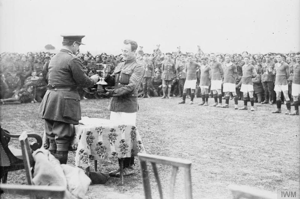 Major General Thomas Herbert Shoubridge, the Commander of the 7th Division, presenting the Fanshawe cup to the captain of the winning British Army team. Soldiers crowd around in the background to watch the presentation in 1918. Photo courtesy of Imperial War Museum