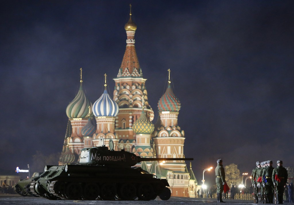 A T-34 Soviet-made tank and Russian servicemen take part in a rehearsal for a military parade at the Red Square in Moscow November 1, 2014. The parade will be held on November 7 to mark the anniversary of a historical parade in 1941, when Soviet soldiers marched through the Red Square towards the front lines of World War Two. REUTERS/Sergei Karpukhin (RUSSIA - Tags: MILITARY ANNIVERSARY TPX IMAGES OF THE DAY TRAVEL CITYSCAPE) - RTR4CFJE