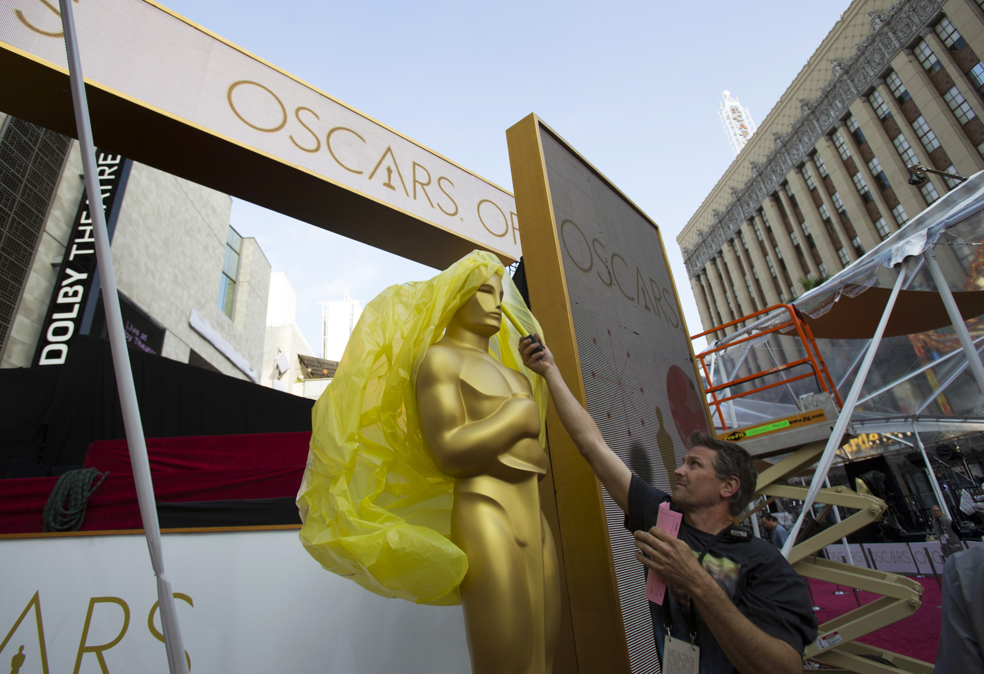 An Oscar statue is uncovered outside the Dolby Theater during preparations leading up to the 87th Academy Awards in Hollywood, California February 21, 2015. Photo by REUTERS/Mario Anzuoni