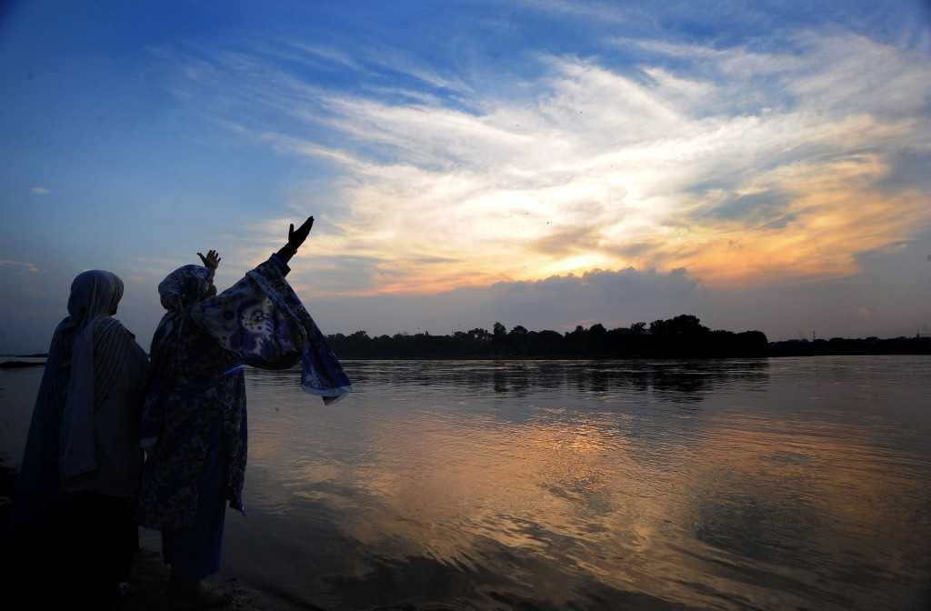 Prayer Pakistani women pray at sunset by the Ravi river in Lahore. AFP/Getty