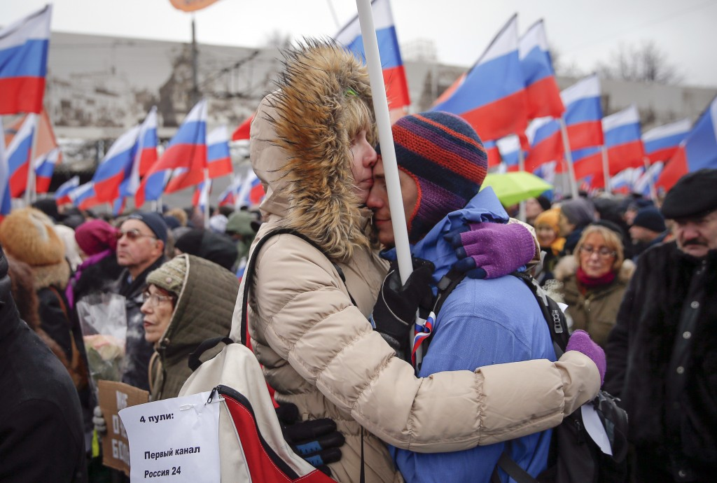 "A couple embraces during a march to commemorate Kremlin critic Boris Nemtsov, who was shot dead on Friday night, in Moscow March 1, 2015. Holding placards declaring ""I am not afraid"", thousands of Russians marched in Moscow on Sunday in memory of Nemtsov, whose murder has widened a split in society that some say could threaten Russia's future.  REUTERS/Maxim Shemetov (RUSSIA - Tags: CRIME LAW POLITICS CIVIL UNREST) - RTR4RN6T"