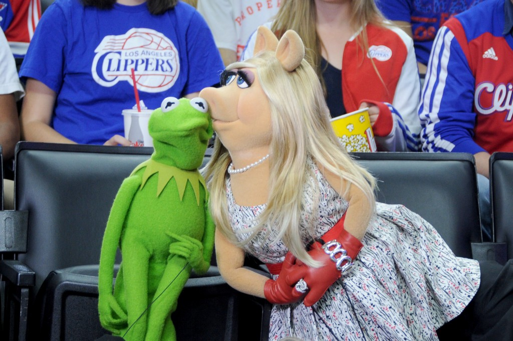 LOS ANGELES, CA - MARCH 15: Kermit the Frog and Miss Piggy pose for the kiss camera during the Houston Rockets against the Los Angeles Clippers game on March 15, 2015 at STAPLES Center in Los Angeles, California. NOTE TO USER: User expressly acknowledges and agrees that, by downloading and/or using this photograph, User is consenting to the terms and conditions of the Getty Images License Agreement. Mandatory Copyright Notice: Copyright 2015 NBAE (Photo by Andrew Bernstein/NBAE via Getty Images)