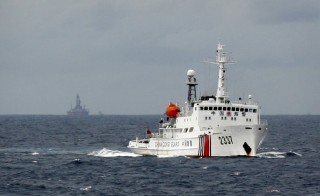 A Chinese Coast Guard vessel (R) passes near the Chinese oil rig, Haiyang Shi You 981 (L) in the South China Sea, about 210 km (130 miles) from the coast of Vietnam June 13, 2014. Photo by Nguyen Minh/Reuters.