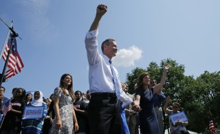 Former Maryland Governor Martin O'Malley is joined by his wife Katie O'Malley (R) as he announces his intention to seek the Democratic presidential nomination during a speech in Federal Hill Park in Baltimore, Maryland, United States, May 30, 2015.  O'Malley, 52, becomes the third candidate to officially bid for the Democratic nomination, joining Hillary Clinton and Senator Bernie Sanders (I-VT).  REUTERS/Jim Bourg   - RTR4Y4Y9