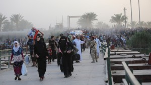 Displaced Sunni people, who fled the violence in the city of Ramadi, arrive at the outskirts of Baghdad
