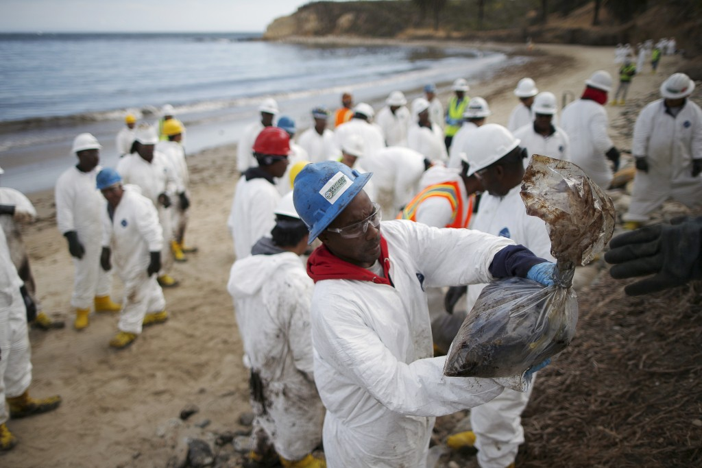 Workers clean up an oil slick along the coast of Refugio State Beach in Goleta, California, United States, May 21, 2015. Photo by Lucy Nicholson/Reuters