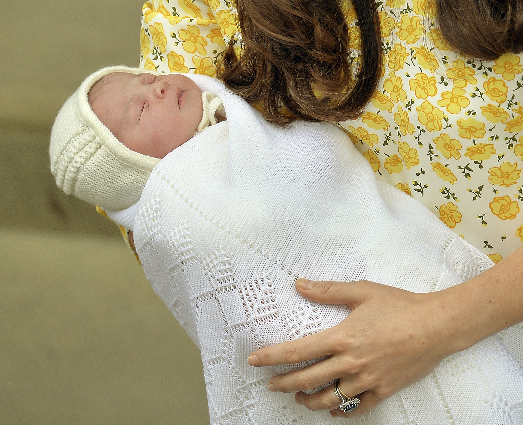 Britain's Catherine, Duchess of Cambridge, holds her baby daughter outside the Lindo Wing of St Mary's Hospital, in London, Britain May 2, 2015. The Duchess of Cambridge, the wife of Prince William, gave birth to a girl on Saturday, the couple's second child and a sister to one-year-old Prince George. REUTERS/John Stillwell/pool