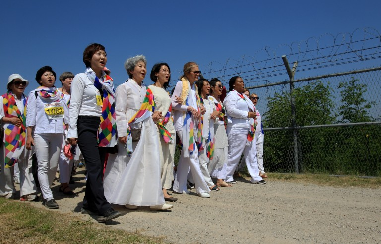 U.S. activist Gloria Steinem (C), and Nobel Peace Prize laureates Leymah Gbowee (R), from Liberia with other activists march to the Imjingak Pavilion along the military wire fences near the border village of Panmunjom on May 24, 2015 in Paju, South Korea. Photo by Chung Sung-Jun/Getty Images.