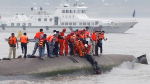 A man is pulled out alive by divers and rescuers after a ship sank at the Jianli section of the Yangtze River, Hubei province, China, June 2, 2015. More than 200 divers combed a capsized Chinese ship in the Yangtze River on Wednesday looking for more than 400 missing people, many of them elderly Chinese tourists, as Premier Li Keqiang called for a transparent investigation. Picture taken June 2, 2015. REUTERS/China Daily CHINA OUT. NO COMMERCIAL OR EDITORIAL SALES IN CHINA       TPX IMAGES OF THE DAY      - RTR4YKQM