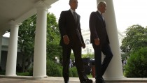 U.S. President Barack Obama (L) and Vice President Joe Biden walk back to the Oval Office after speaking about the Supreme Court ruling to uphold the nationwide availability of tax subsidies that are crucial to the implementation of the Affordable Care Act, at the White House in Washington June 25, 2015. REUTERS/Jonathan Ernst - RTR4YY12