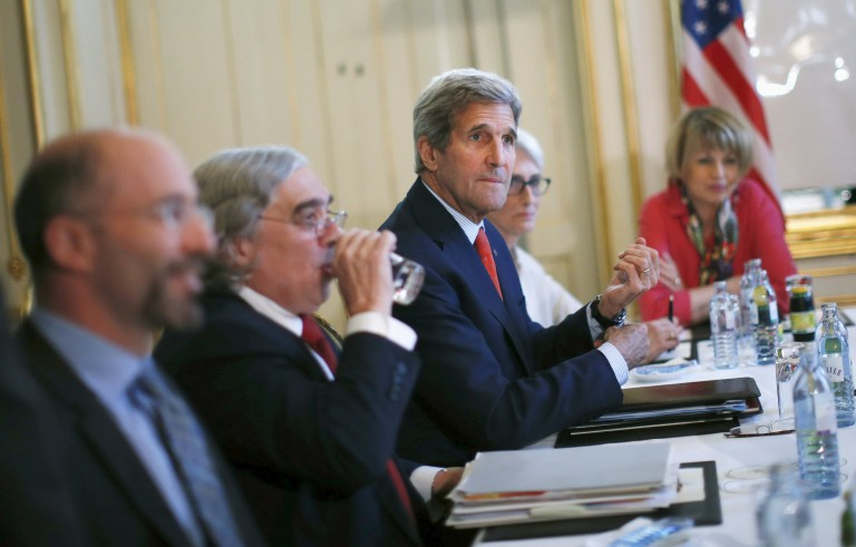U.S. Secretary of State John Kerry (C) meets with Iranian Foreign Minister Mohammad Javad Zarif (not pictured) at a hotel in Vienna, Austria July 3, 2015. A year and half of nuclear talks between Iran and major powers were creeping towards the finish line on Friday as negotiators wrestled with sticking points including questions about Tehran's past atomic research.  REUTERS/Carlos Barria