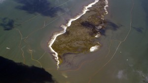 A double layer of oil booms are set up around one of the Chandeleur Islands, Louisiana May 7, 2010 as seen from a plane used by the environmental group Mobile Baykeeper and Southwings to look at the damage caused by the oil spill.  Oil workers, volunteers and the military have been battling to shut off a gushing oil leak in the Gulf of Mexico and stop the huge spreading slick from reaching major ports, tourist beaches, wildlife refuges and fishing grounds.     REUTERS/Brian Snyder    (UNITED STATES - Tags: DISASTER ENERGY ENVIRONMENT) - RTR2DLJ9