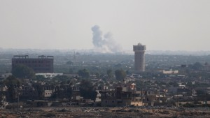 Smoke rises in Egypt's North Sinai as seen from the border of southern Gaza Strip with Egypt July 1, 2015.  Islamic State militants launched a wide-scale coordinated assault on several military checkpoints in Egypt's North Sinai on Wednesday in which 50 people were killed, security sources said, the largest attack yet in the insurgency-hit province.  REUTERS/Ibraheem Abu Mustafa          TPX IMAGES OF THE DAY           - RTX1IMV7