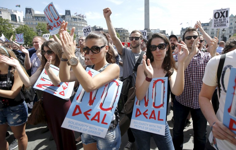 Supporters of Greece and of the 'NO' campaign applaud a speaker at the 'Greek solidarity festival' in Trafalgar Square, London, Britain, July 4, 2015.  The event was held in support of the people of Greece and the cancellation of debt, ahead of their referendum on Sunday. REUTERS/Peter Nicholls - RTX1J052