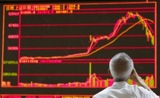 A man watches a board showing the graphs of stock prices at a brokerage office in Beijing, China, July 6, 2015. Chinese stocks rose on Monday after Beijing unleashed an unprecedented series of support measures over the weekend to stave off the prospect of a full-blown crash that was threatening to destabilise the world's second-biggest economy.  REUTERS/Kim Kyung-Hoon - RTX1J5JS