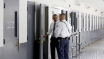 U.S. President Barack Obama is shown the inside of a cell as he visits the El Reno Federal Correctional Institution in El Reno, Oklahoma July 16, 2015. Obama is the first sitting president to visit a federal prison.      REUTERS/Kevin Lamarque  - RTX1KKVP