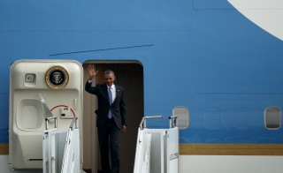U.S. President Barack Obama arrives aboard Air Force One at Bole International Airport in Addis Ababa, Ethiopia July 26, 2015.  REUTERS/ Tiksa Negeri - RTX1LVCA