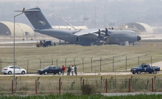 Turkish and U.S. soldiers, with a Turkish Air Force A400M tactical transport aircraft in the background, conduct inspections inside Incirlik airbase in the southern city of Adana, Turkey, July 27, 2015. Turkey attacked Kurdish insurgent camps in Iraq for a second night on Sunday, security sources said, in a campaign that could end its peace process with the Kurdistan Workers Party (PKK). REUTERS/Murad Sezer - RTX1LYWC