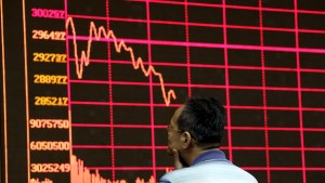 An investor looks at an electronic board showing stock information of Shanghai Stock Exchange Composite Index at a brokerage house in Beijing, August 26, 2015. Asian shares struggled on Wednesday as investors feared fresh rate cuts in China would not be enough to stabilise its slowing economy or halt a stock collapse that is wreaking havoc in global markets. REUTERS/Jason Lee  - RTX1PNY9