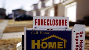 "Foreclosure: The sign for a foreclosed house for sale sits at the property in Denver, Colorado March 4, 2009. The Obama administration on Wednesday launched a $75 billion foreclosure relief plan, as new data showed one in five U.S. homeowners with mortgages owe more than their house is worth. The mortgage plan, part of a $275 billion housing stimulus program announced last month, enables struggling homeowners to modify loans even if they are ""under water.""  REUTERS/Rick Wilking (UNITED STATES) - RTXCCXK"