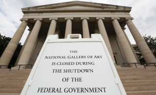 A sign to inform the visitors that the National Gallery of Art is closed in Washington October 1, 2013. The U.S. government began a partial shutdown on Tuesday for the first time in 17 years, potentially putting up to 1 million workers on unpaid leave, closing national parks and stalling medical research projects. REUTERS/Kevin Lamarque   (UNITED STATES - Tags: POLITICS BUSINESS) - RTR3FH97