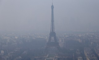 A general view shows the Eiffel Tower and the Paris skyline through a small-particle haze March 18, 2015. The French capital and much of northern France awoke to a spike in pollution on Wednesday.   REUTERS/Gonzalo Fuentes (FRANCE - Tags: ENVIRONMENT TRAVEL CITYSCAPE) - RTR4TW7E