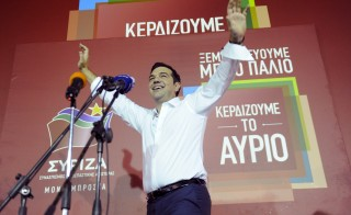 Former Greek prime minister and leader of leftist Syriza party Alexis Tsipras waves to supporters after winning the general election in Athens, Greece, September 20, 2015. Greek voters returned Tsipras to power with a strong election victory on Sunday, ensuring the charismatic leftist remains Greece's dominant political figure despite caving in to European demands for a bailout he once opposed. REUTERS/Michalis Karagiannis - RTS21SF