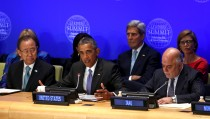 U.S. President Barack Obama speaks at the Leaders' Summit on Countering ISIL and Violent Extremism at the United Nations General Assembly in New York September 29, 2015. Flanking Obama are UN Secretary General Ban Ki-moon (L) and Iraqi Prime Minister Haider al-Abadi.  Seated behind Obama are U.S. Secretary of State John Kerry and U.S. Ambassador to the UN Samantha Power (R).  REUTERS/Kevin Lamarque  - RTS29XD
