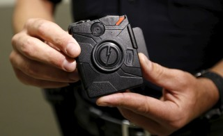 LAPD information technology bureau officer Jim Stover demonstrates the use of the body camera during a media event displaying the new body cameras to be used by the Los Angeles Police Department in Los Angeles, California August 31, 2015.  REUTERS/Al Seib/Pool - RTX1QGCB
