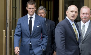 "New England Patriots quarterback Tom Brady exits the Manhattan Federal Courthouse in New York, August 31, 2015. The National Football League and its players union failed to reach a settlement in their dispute over New England quarterback Tom Brady's four-game ""Deflategate"" suspension despite weeks of talks, leaving a federal judge to resolve the issue in the coming days. Following a final round of unsuccessful private discussions, U.S. District Judge Richard Berman said at a brief court hearing on Monday that he will likely decide whether to uphold or throw out the suspension within one or two days. REUTERS/Brendan McDermid - RTX1QGPG"