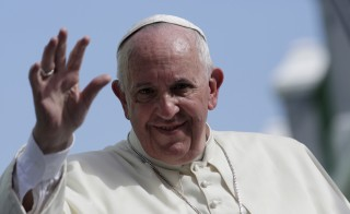 Pope Francis waves while riding through Santiago de Cuba, September 22, 2015 REUTERS/Enrique De La Osa  - RTX1RX2P