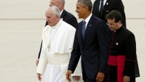U.S. President Barack Obama (C) walks with Pope Francis as he welcomes him upon his arrival at Joint Base Andrews outside Washington September 22, 2015. REUTERS/Kevin Lamarque - RTX1RY43