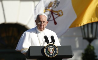 Pope Francis speaks during a ceremony welcoming him to the White House in Washington September 23, 2015. REUTERS/Kevin Lamarque - RTX1S1YC