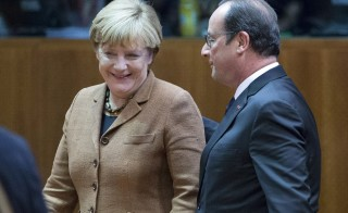 German Chancellor Angela Merkel (L) talks with French President Francois Hollande at the start of a European Union leaders extraordinary summit on the migrants crisis, in Brussels, Belgium September 23, 2015. EU leaders discussed migration and a proposed scheme to redistribute 120,000 asylum seekers across the bloc, a day after EU interior ministers meet to revisit the mandatory relocation plan. REUTERS/Yves Herman - RTX1S31Y