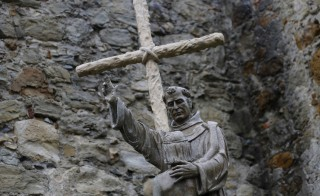 During his visit to Washington, Pope Francis will preside over one of the most controversial acts of his papacy. He will confer sainthood on the 18th century Spanish missionary Friar Junipero Serra, and in doing so, dive into a cultural battle in the United States. Photo taken September 15, 2015. Photo by Mike Blake/Reuters