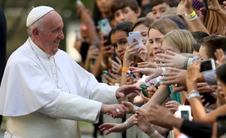Pope Francis greets school children upon departure from the Vatican Embassy in Washington on day three of his first visit to the United States September 24, 2015. The Pope addressed a joint meeting of the U.S. Congress today, and now leaves for New York City and then Philadelphia during his first U.S. visit.  REUTERS/Gary Cameron          TPX IMAGES OF THE DAY      - RTX1SBP9