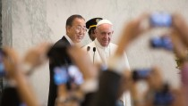 Pope Francis arrives to greet UN staff members at United Nations headquarters with Secretary General Ban Ki-moon in New York September 25, 2015. The pope will address the UN General Assembly. REUTERS/AP Photo/Kevin Hagen/Pool - RTX1SGNK