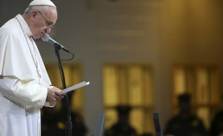 Pope Francis speaks to inmates during his visit to the Curran-Fromhold Correction Facility in Philadelphia, Pennsylvania September 27, 2015. REUTERS/David Maialetti/Pool - RTX1SPWK