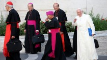 VATICAN CITY, VATICAN - OCTOBER 24:  Pope Francis, flanked by Archbishop of Bombay Cardinal Oswald Gracias and other bishops, arrives at the closing session of the Synod on the themes of family the at Synod Hall on October 24, 2015 in Vatican City, Vatican. Participants on Friday gave their reactions to a draft of the final document which is now being voted on by the bishops.  (Photo by Giulio Origlia/Getty Images)