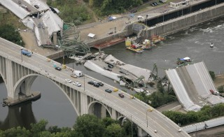 The I-35W bridge collapse site is seen from a U.S. military helicopter in Minneapolis, Minnesota, August 4, 2007. Divers searched for bodies in debris in the murky Mississippi on Saturday as President George W. Bush toured the site of this week's deadly rush-hour bridge collapse and promised quick federal help in rebuilding.         REUTERS/Larry Downing   (UNITED STATES) - RTR1SIK7