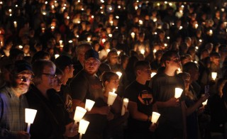 People take part in candle light vigil following a mass shooting at Umpqua Community College in Roseburg, Oregon October 1, 2015. A gunman opened fire at a community college in southwest Oregon on Thursday, killing nine people and wounding seven others before police shot him to death, authorities said, in the latest mass killing to rock an American campus. REUTERS/Steve Dipaola - RTS2OMI