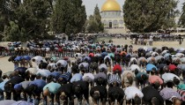 """The Dome of the Rock is seen in the background as Palestinian men take part in Friday prayers on the compound known to Muslims as Noble Sanctuary and to Jews as Temple Mount in Jerusalem's Old City October 23, 2015. Palestinian factions called for mass rallies against Israel in the occupied West Bank and East Jerusalem in a """"day of rage"""" on Friday, as world and regional powers pressed on with talks to try to end more than three weeks of bloodshed. Israeli authorities also lifted restrictions on Friday that had banned men aged under 40 from using the flashpoint al-Aqsa mosque compound in Jerusalem's Old City - a move seen as a bid to ease Muslim anger. REUTERS/Ammar Awad  - RTS5T92"""