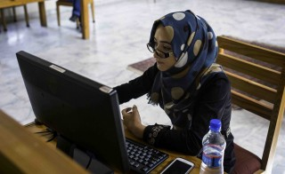 KABUL, AFGHANISTAN - AUGUST 31: College students search the internet August 31, 2015 on computers at the Afghanistan Center at Kabul University in Kabul, Afghanistan. (Photo by Robert Nickelsberg/Getty Images)