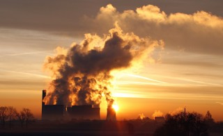 The sun rises behind Fiddlers Ferry coal fired power station near Liverpool, northern England, December 15, 2008.     REUTERS/Phil Noble    (BRITAIN) - RTR22LS6